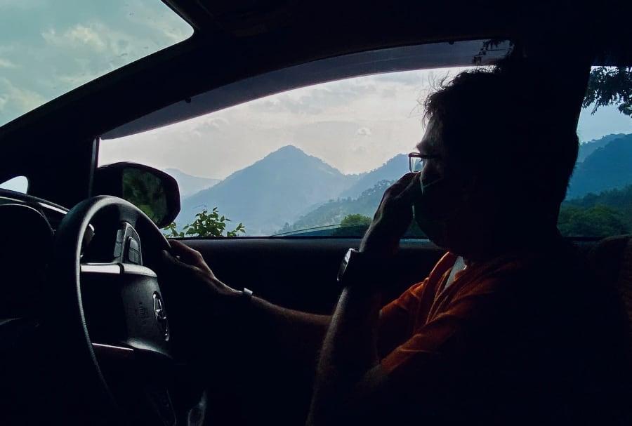 Ilustrasi seorang pengemudi sedang mengendarai mobil